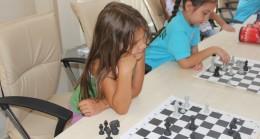 Çocuklar satranç öğreniyor